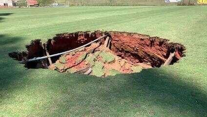 Drenagem subterrânea se rompe e abre buraco de 3 metros no gramado do campo do China Park