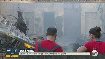 Loja de plástico pega fogo na Avenida Francisco Junqueira em Ribeirão Preto