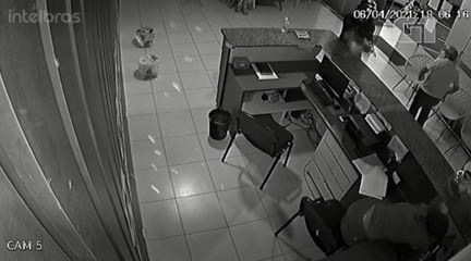 Imagens de câmera de segurança mostra momento em que mulher é baleada no Piauí