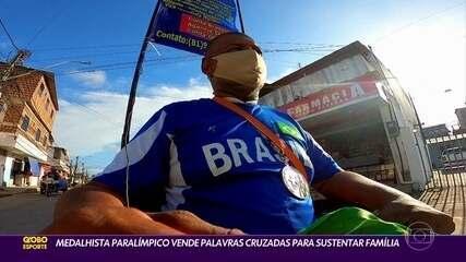 Medalhista paralímpico vende palavras cruzadas para sustentar a família