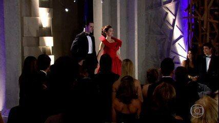 Desirée entra na festa com vestido de Victor Valentim