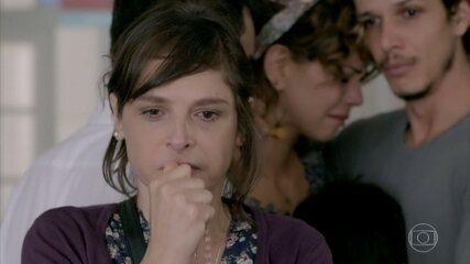 Cristina avisa à família que Eliane tem uma doença terminal