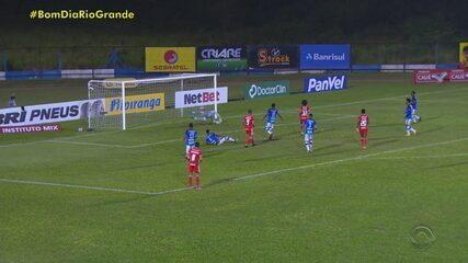Galhardo faz três gols e comanda goleada do Inter