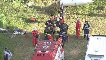 Bombeiros fazem resgate de vítimas de avião que caiu nesta terça-feira, em BH