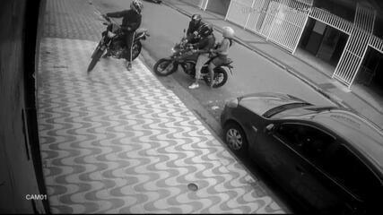 Câmeras de monitoramento flagraram dupla roubando moto em São Vicente, SP