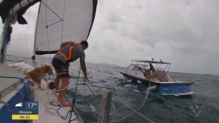Casal enfrenta problema em viagem de veleiro e é resgatado