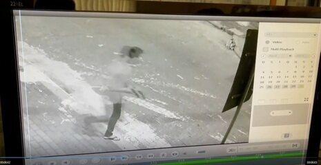 Homem que matou escrivão é flagrado por câmeras, algemado e com arma na mão, fugindo por rua de Tauá