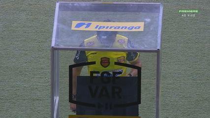 Daniel Bins é chamado no VAR e marca pênalti para o Inter, aos 15' do 2T