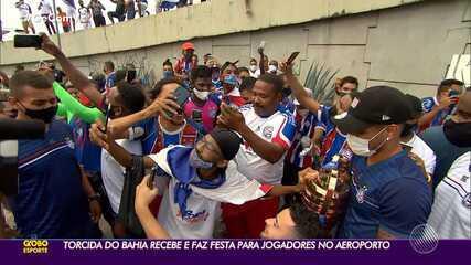 Tetra: Torcida do Bahia se aglomera e recebe o time no aeroporto de Salvador