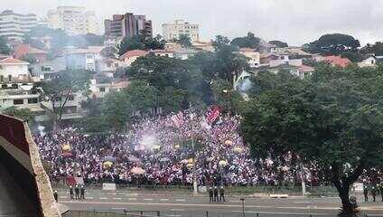 Torcida do São Paulo comemora gol de Luan na porta do Morumbi