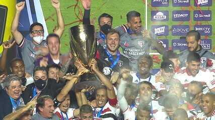 O São Paulo ergue a taça de Campeão Paulista 2021
