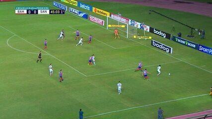 Mateus Claus faz uma grande defesa para evitar o gol, aos 45' do 1º tempo