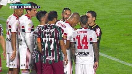 Veja a confusão entre Miranda e Nenê antes da cobrança de pênalti do Fluminense