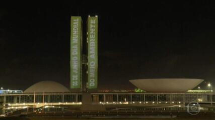 Torres do Congresso ganham iluminação especial no Dia Mundial do Meio Ambiente.