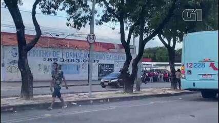 Paradas de ônibus ficam lotadas durante greve de motoristas em Fortaleza