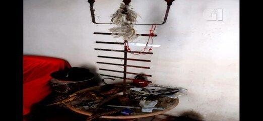 Fotos mostram que casa de Lázaro tem itens que indicam bruxaria e rituais, diz polícia