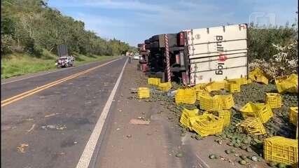 Carreta carregada com 15 toneladas de frutas tomba em rodovia de Piraju