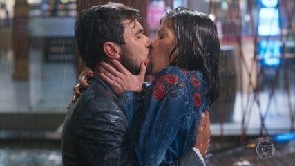 Rafael e Kyra se beijam