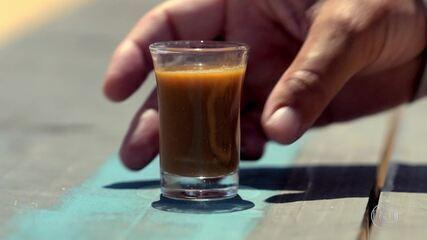 Participantes tomam shot de fígado cru com boldo e gengibre na Prova da Comida