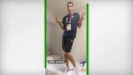 Douglas Souza samba em cama de papelão na Vila Olímpica
