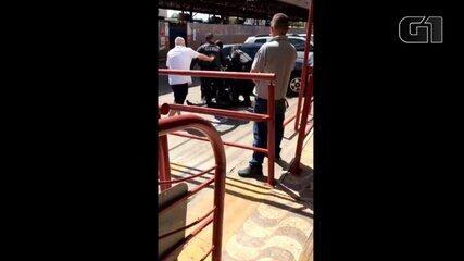 VÍDEO: Policial dá série de socos em advogado que era segurado por outros PMs, em Goiânia