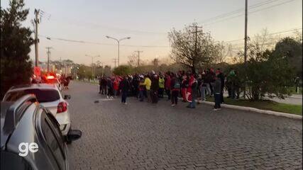 Torcedores do Inter protestam em frente ao hotel na saída dos jogadores rumo ao Beira-Rio
