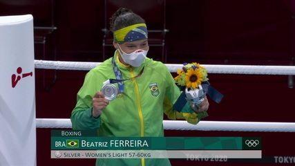 Bia Ferreira recebe a medalha de prata no boxe feminino