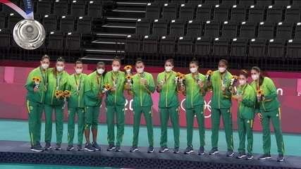 Brasil sobe ao pódio para receber a medalha de prata no vôlei feminino nas Olimpíadas de Tóquio