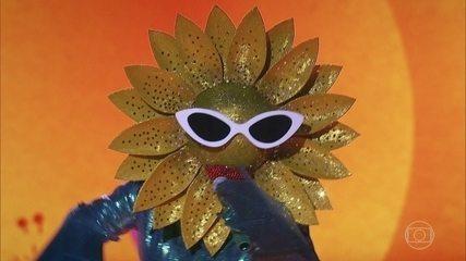 Girassol canta 'Heres Come The Sun'
