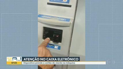 Agentes do programa Copacabana Presente encontraram objeto que prende o cartão no caixa eletrônico
