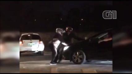 Motorista arranca com motociclista no capô durante discussão de trânsito em Salto
