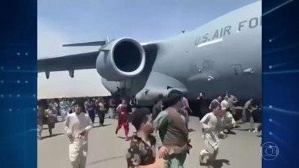 Vídeos mostram afegãos tentando fugir do país pendurados em avião militar
