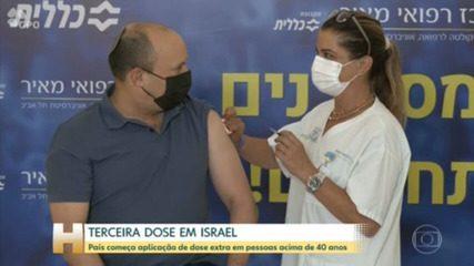 Il primo ministro israeliano Naftali Bennett riceve la terza dose del vaccino da Pfizer come parte di una campagna rafforzata per limitare la diffusione del tipo Delta in tutto il paese