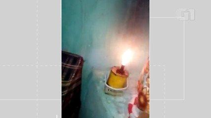 Morador de Morro do Chapéu mostra casa de vizinho, também sem luz durante a noite