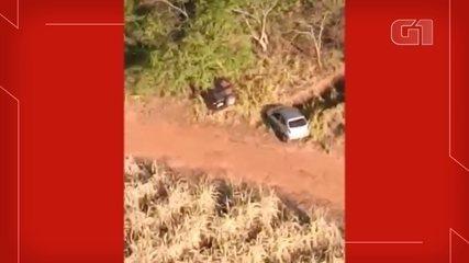 Carros usados por criminosos durante mega-assalto são encontrados abandonados em mata