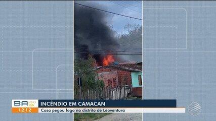 Casa pega fogo no município de Camacan, interior da Bahia