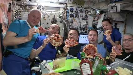 VÍDEO: Astronautas em estação espacial aproveitam noite de 'pizza flutuante'