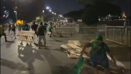 Apoiadores de Bolsonaro furam bloqueio da PM e invadem Esplanada