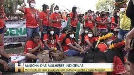 Mulheres indígenas fazem marcha contra o marco temporal em Brasília