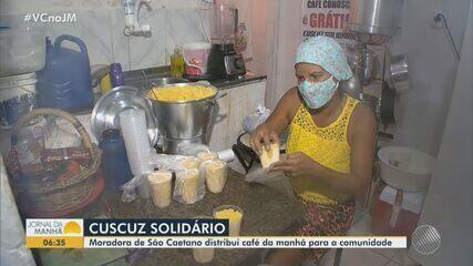 Cadeirante distribui café da manhã para pessoas em situação de rua em Salvador