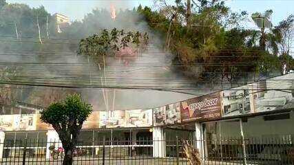 Vídeo: Imagens mostram fogo se alastrando por vegetação perto de casas e comércio