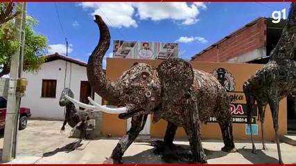Soldador constrói grandes esculturas com sucata de carro, no Ceará.