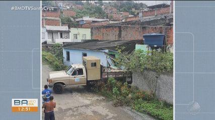 Motorista perde controle de caminhão, desce ladeira de ré e invade uma casa em Itabuna