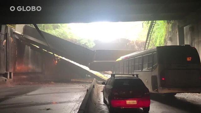 Os dois sentidos do Túnel Acústico foram interditados - Imagens das redes sociais mostram que uma estrutura de concreto do túnel desabou em cima de um ônibus - Reprodução