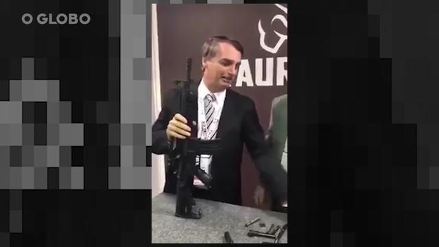 Presidente chama a arma de 'nosso T4', mas diz que não é garoto propaganda