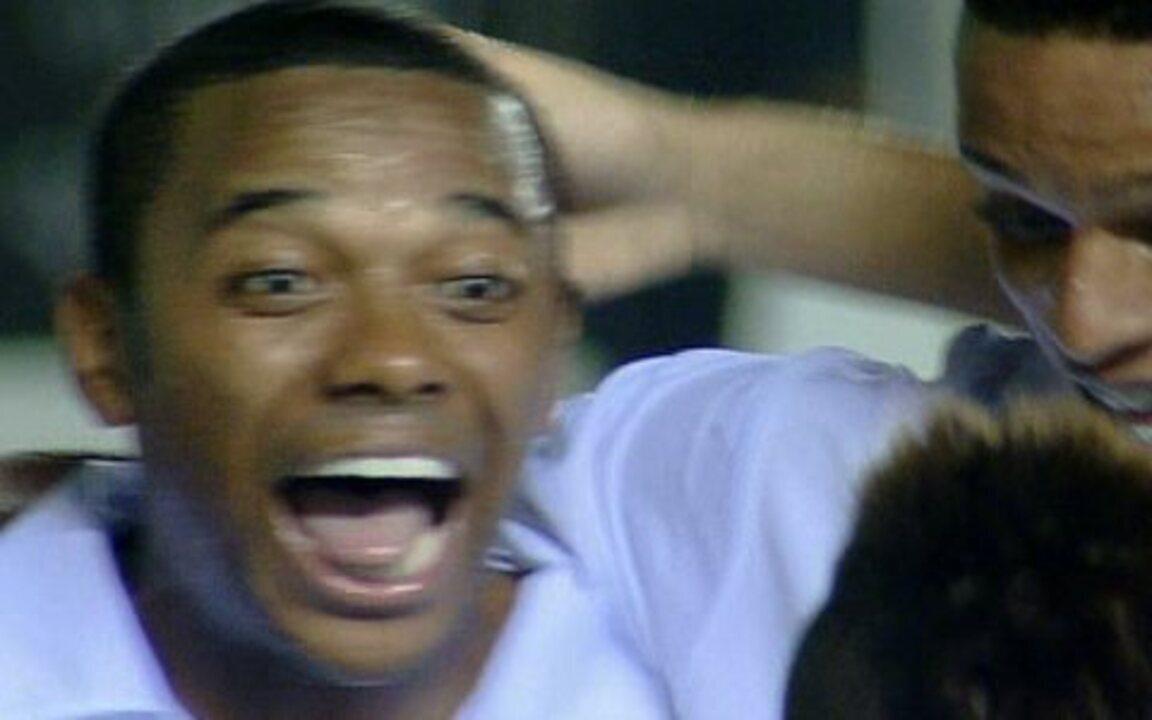 Gol do Santos! Robinho dá um toque por cobertura no goleiro e marca o quinto, aos 12 do 2º