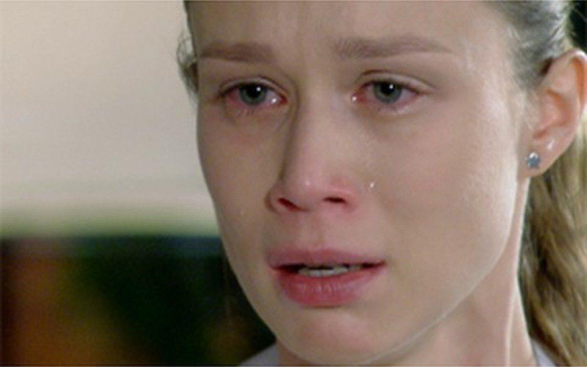 Passione – Capítulo de quinta-feira, 10/06, na íntegra - Sinval salva Fátima de suicídio. Fred diz a Totó que Clara vai se casar no Brasil. Totó perde perdão a Gemma. Após ser desmascarada, Clara é expulsa da casa dos Gouveia.