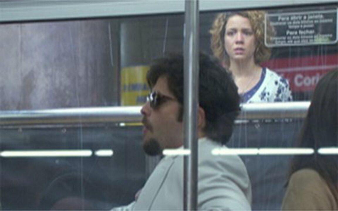 Passione – Capítulo de segunda-feira, 14/06, na íntegra - Clara ameaça falar com Bete e Fred fica tenso. Agostina vê Berilo no metrô, mas não consegue falar com ele. Fred vai ao aeroporto procurar Bete.