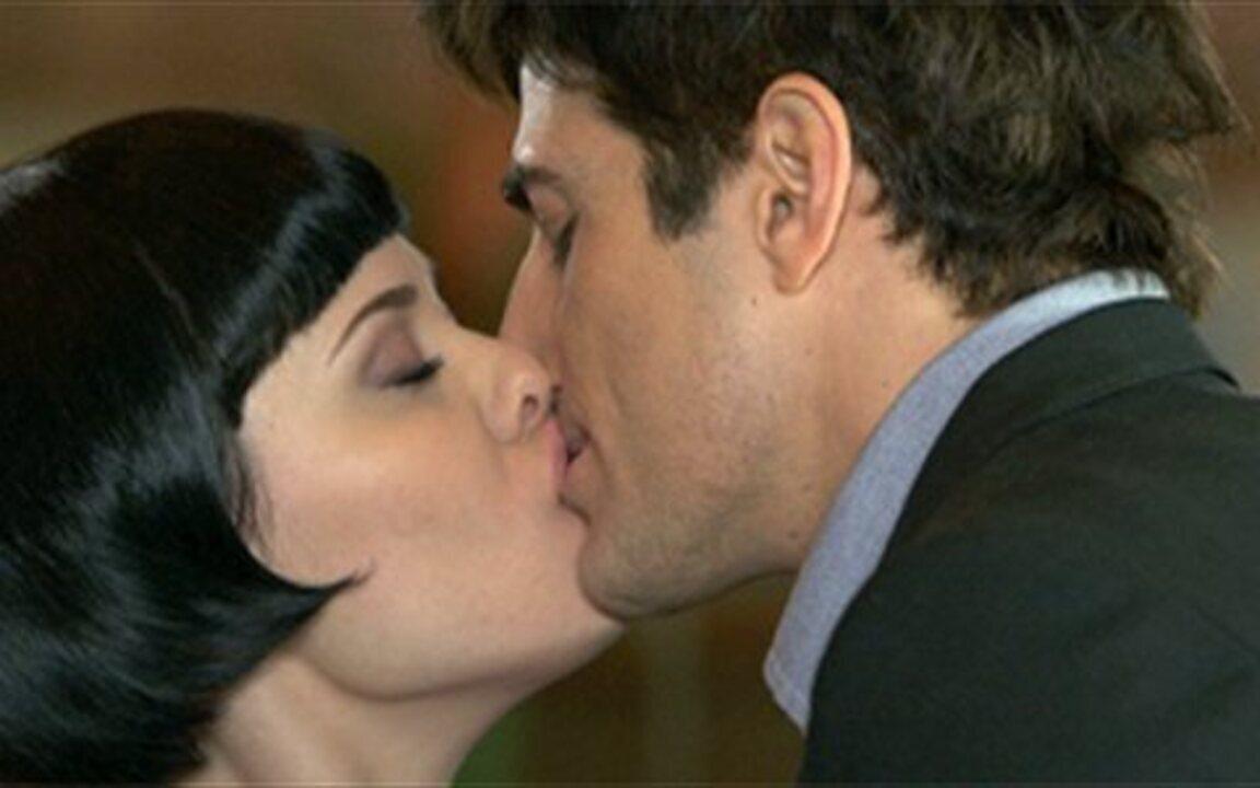 Passione - Capítulo de terça-feira, 15/06, na íntegra - Fred e Melina se beijam. Mimi acha cartas que Gemma trocou com ex-noivo. Saulo e Mauro se desentendem. Bete encontra Gemma na Itália.
