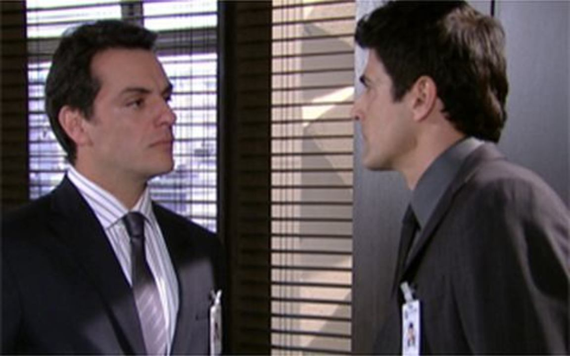 Passione - Capítulo de Quarta-feira, 23/06, na íntegra - Mauro ameaça Fred, que fica furioso e preocupado. Fred ouve uma conversa entre Mauro e Melina e fica cismado. Diana vai procurar Clara na pensão de Valentina.